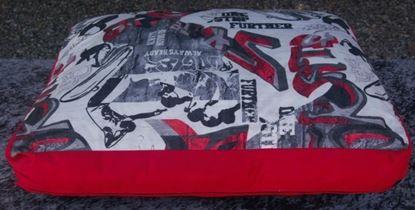 Billede af Hundepude rød med motiv 75x65x18 cm.